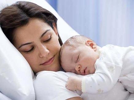 نوم الطفل جانب الام
